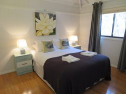 Queen Bed Stringybark Cottage